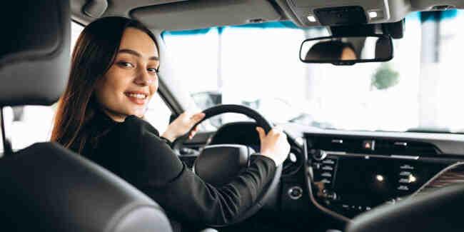 Pourquoi les compagnies d'assurance fixent-elles des prix spécifiques pour les jeunes conducteurs?